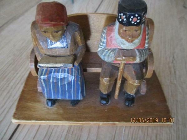 Houten beeld, van oudere echtpaar samen op een bank