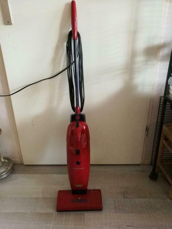 ELECTROLUX stofzuiger/kruimeldief. Twinvac rood/zwart