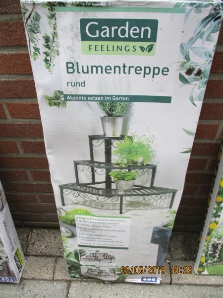 buiten tafel/rek bogenen voor planten op te zetten en er tegen aa