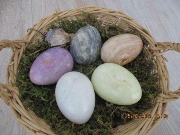 paas mand met 5 antieke marmeren eieren er in 5 stuks