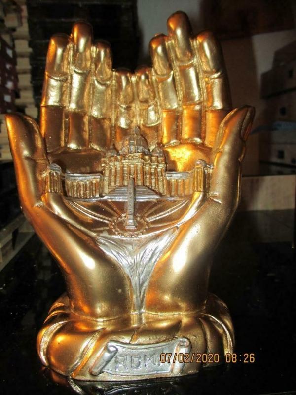Beeld 2 gouden handen met daar in afbeelding van rome