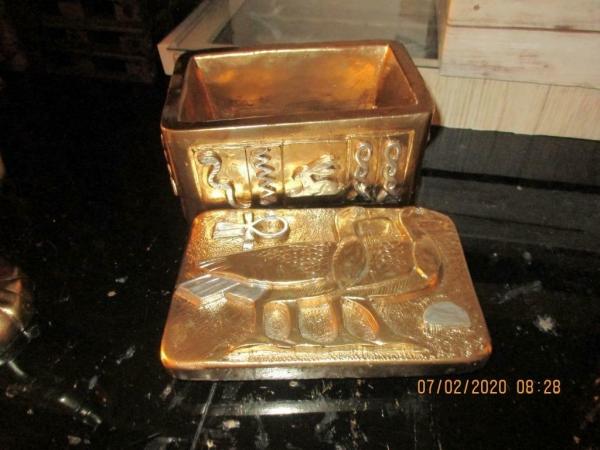 Mini goudkleurig graftombe van farao 15 x 11 x 10 cm