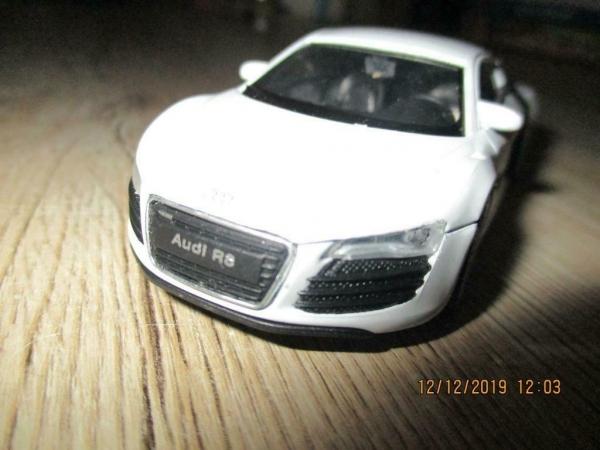 verschillende model auto`s en vrachtwagens