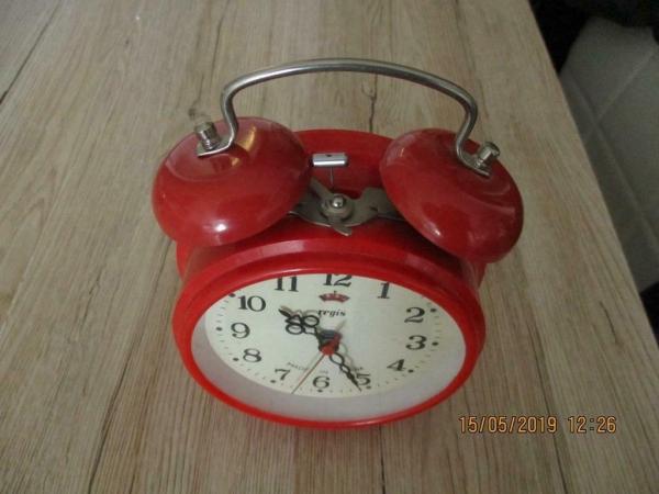 Vintage wekker rood met alarm, moet je opwinden