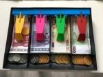 Speelgoed kassa met papier en wisselgeld