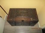 Curiosa houten bewerkte kist met metalen beslag en versierse