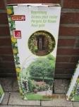 buiten rek/bogen en voor planten er tegen aan te laten groeien vi