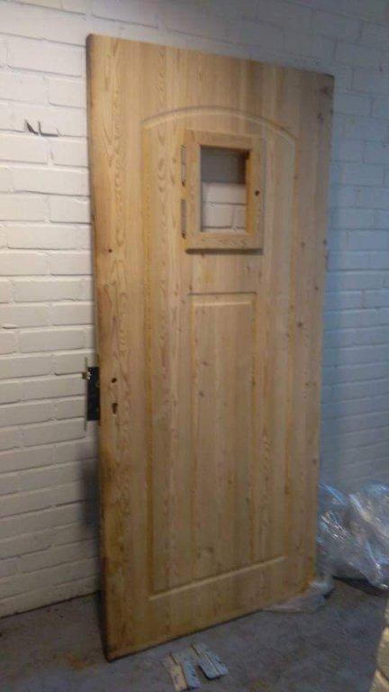 Nieuwe buitendeur met kozijn en hang en sluitwerk.