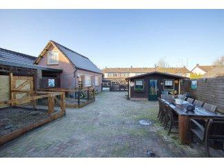 Huizen | Te Koop Huis met vrijstaande garage, royale tuin met ingebouwd zwembad