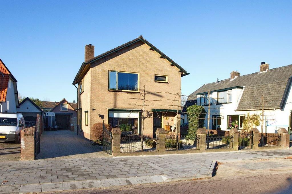Huis met vrijstaande garage, royale tuin met ingebouwd zwembad